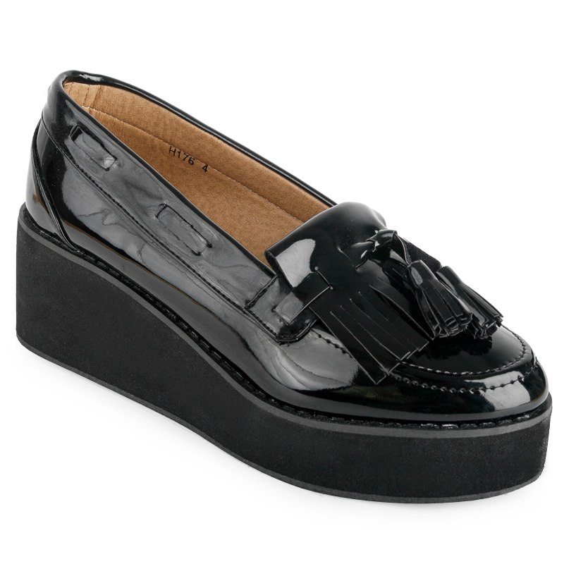 COMFORTABLE AND STYLISH FLAT SHOES FOR WOMEN. Discover elegant ballerinas, brogues and loafers for women with original prints, fabrics and appliques. Pick out the perfect pair of flat shoes ideal for everyday or formal looks. LEATHER LOAFERS. LEATHER LOAFERS. LEATHER POINTED MONK SHOES. LOAFERS. PRINTED LOAFERS.
