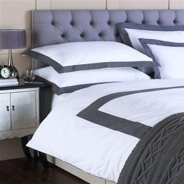 housse de couette blanche et grise simple selene et gaia. Black Bedroom Furniture Sets. Home Design Ideas