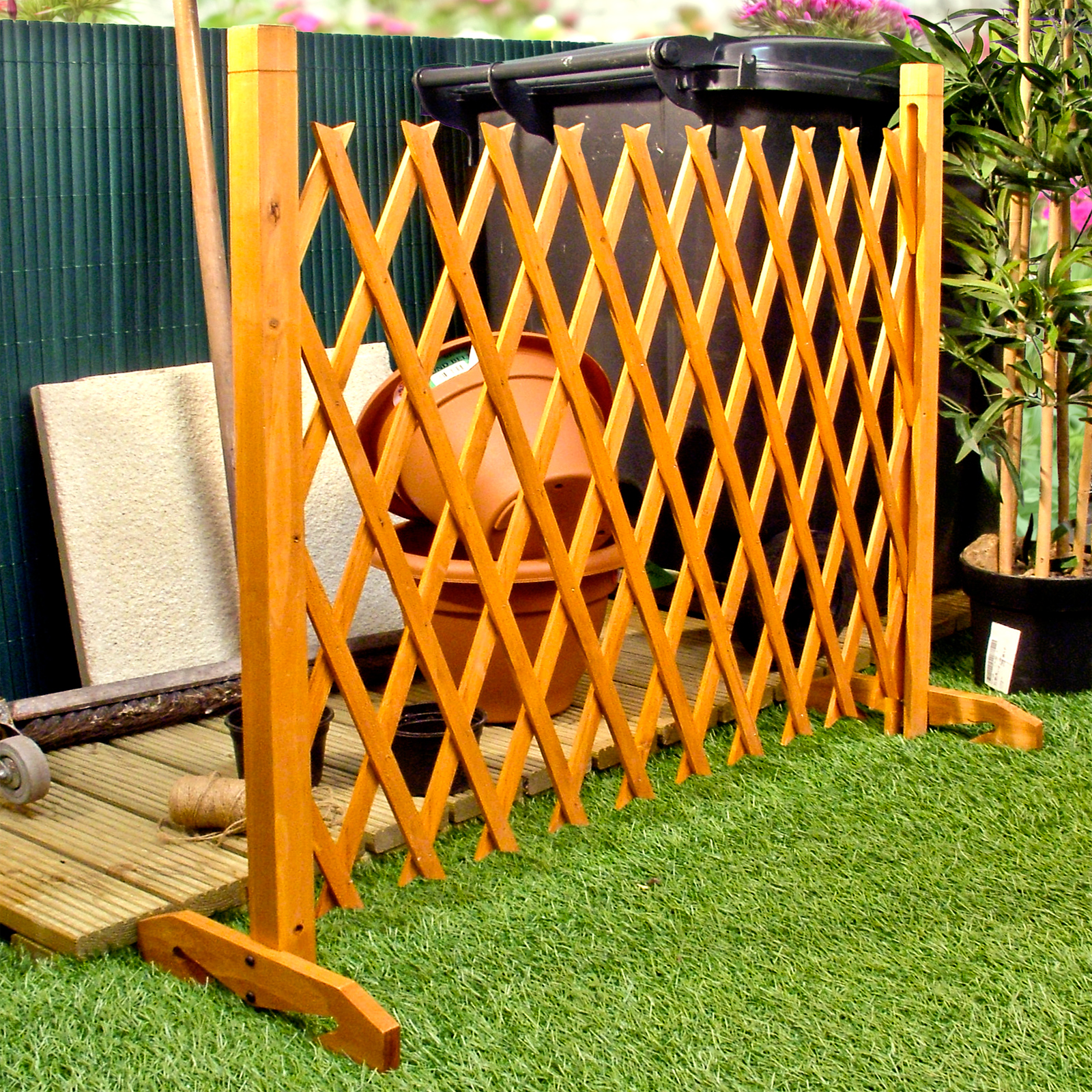 Expanding fence garden screen trellis style expands to 6 39 2 for Wooden garden screen designs