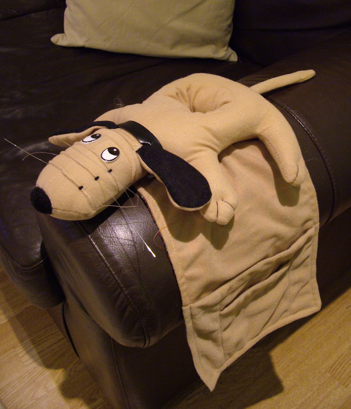 ARMCHAIR REMOTE CONTROL & DRINK HOLDER Dog Novelty ...