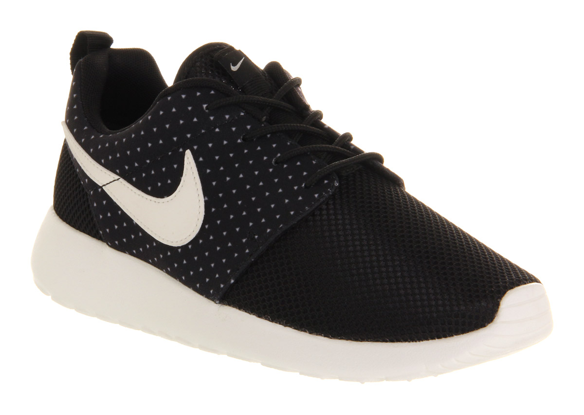 black nike roshe runs
