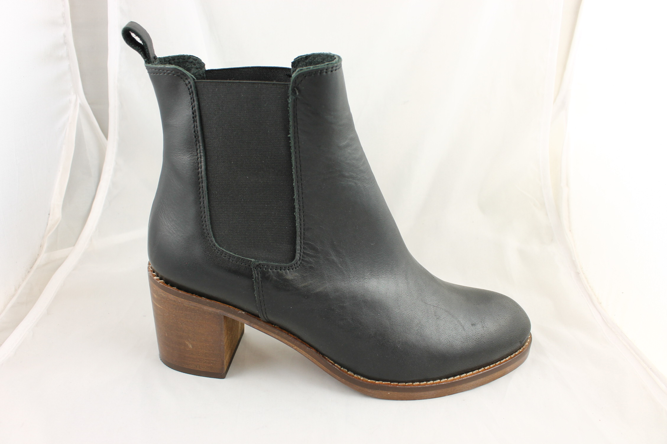 Up for your consideration is a used pair of Ecco Black Leather Chelsea Heeled Split Toe Ankle Boots Booties Size 40 EUR in good used condition. Womens Vintage Zipper Ankle Chelsea Boots Mid Block Heel Casual Dress Shoes.
