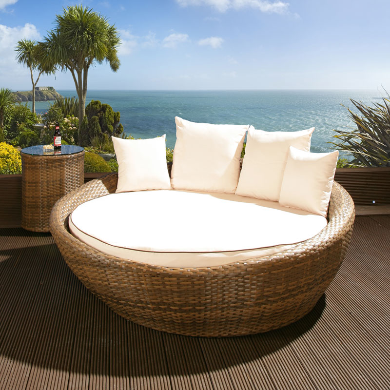Luxury Round Garden Day Bed Sofa Brown Rattan Cream  : ROUNDDAYBEDBROWNLR1 from ebay.co.uk size 800 x 800 jpeg 183kB