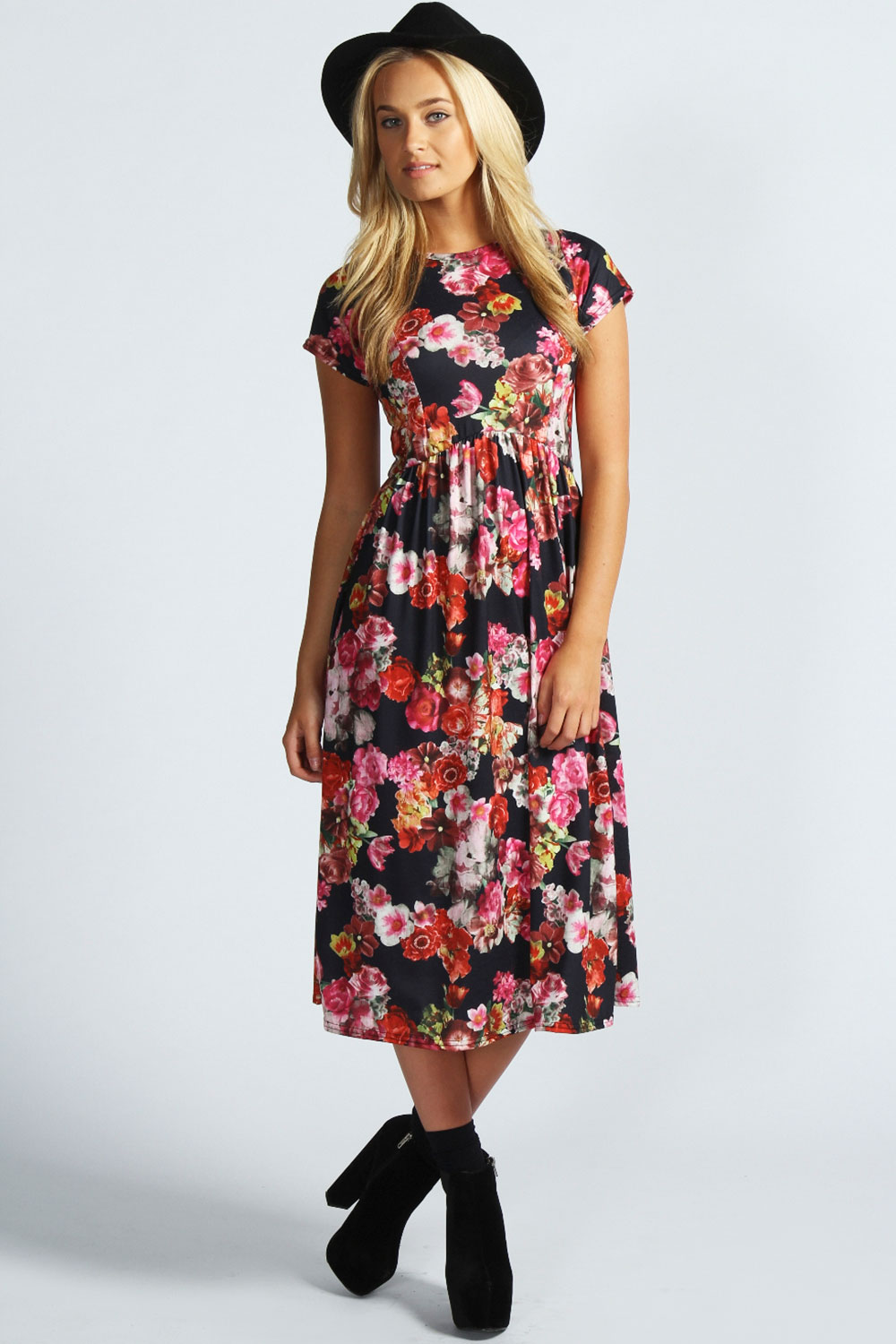 Find and save ideas about Skater dress outfits on Pinterest. | See more ideas about Skater style dress, Casual skater dress and Yellow spring dresses. Women's fashion. Skater dress outfits Floral skater dress This black and floral skater dress is super cute. Easy to dress up or down and can go with anything for any season.