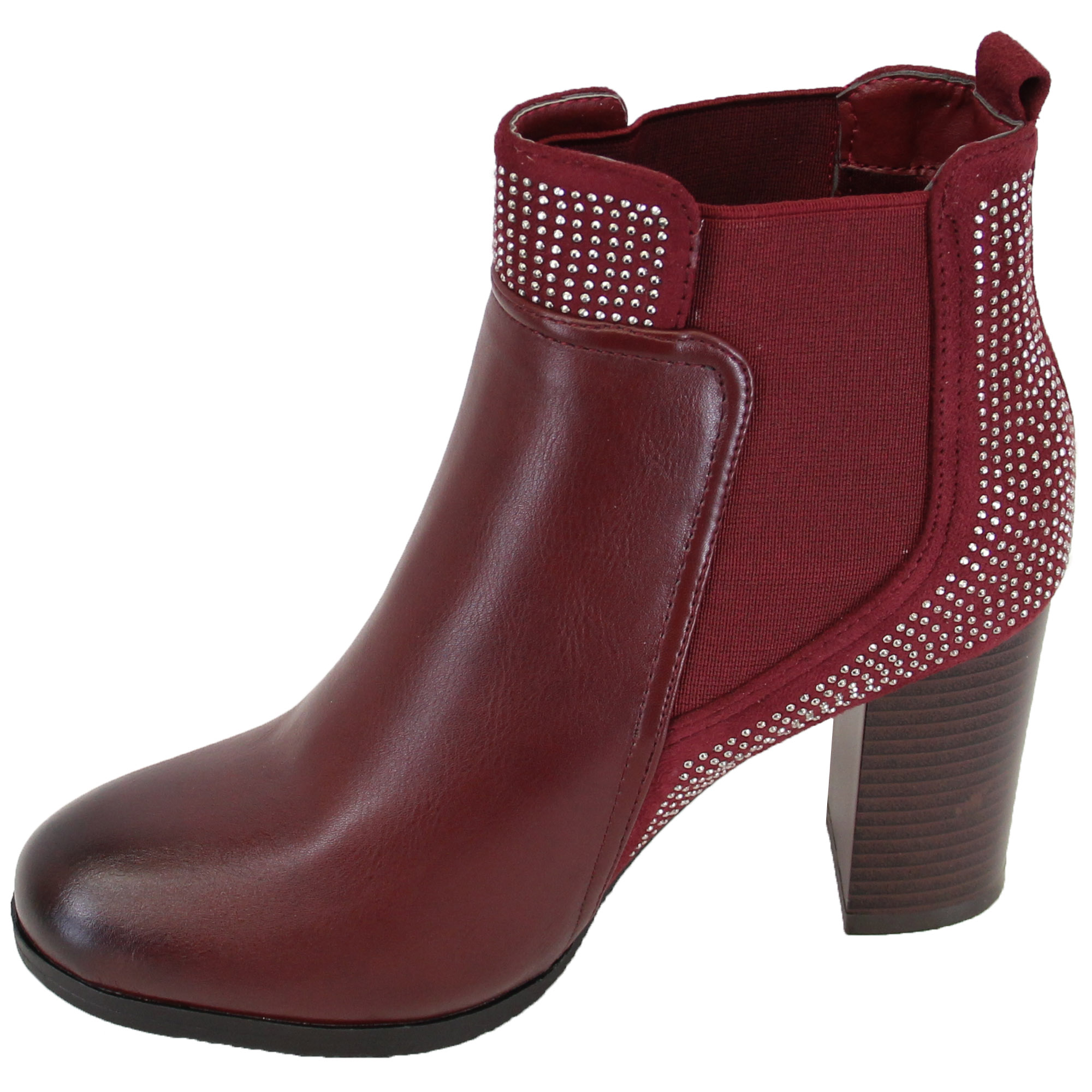Women's New Look Boots Everyone needs a variety of boots in their closet, that's why New Look makes such a wide range. Expect everything from the classics – like Chelsea boots and lace-ups – to trend-led pairs that have been given an upgrade with metallic finishes, buckles or embellishments.