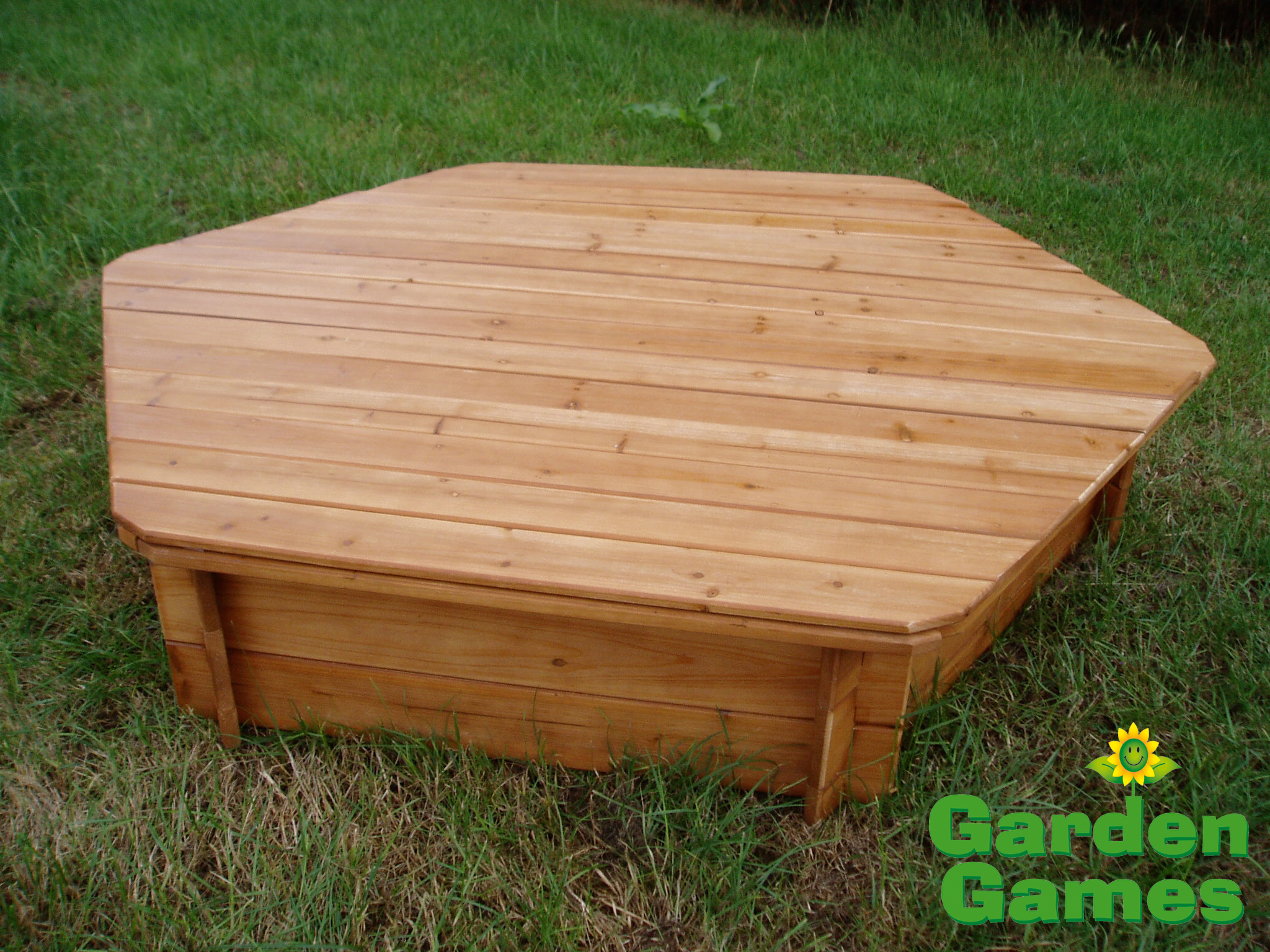 Garden games wooden lid for hexagonal sandbox concertina for Garden design game