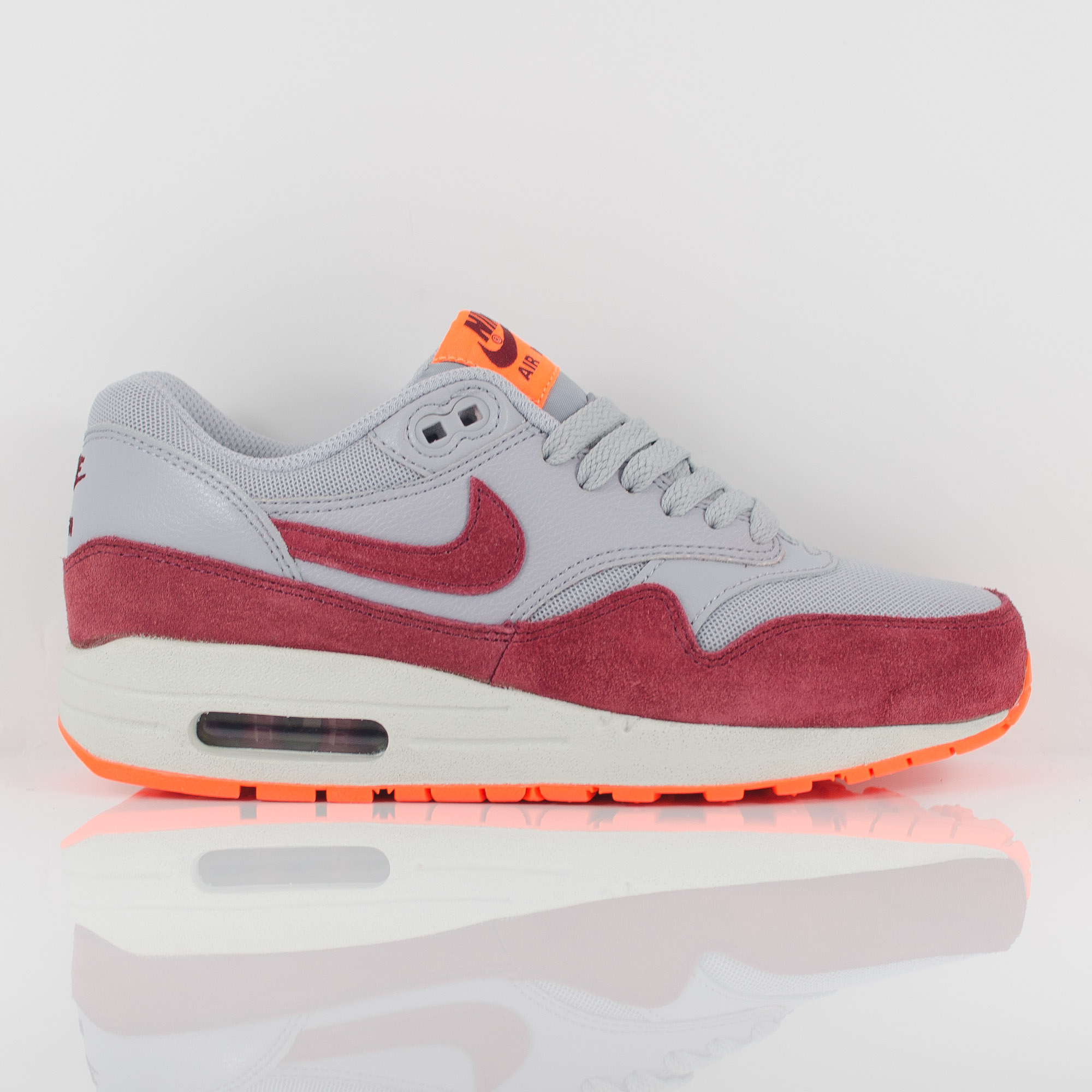 nike wmns air max 1 essential wolf grey team red 599820. Black Bedroom Furniture Sets. Home Design Ideas