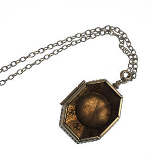 Harry Potter Replica Faux Horcrux Locket of Regulus Black with Display Case Thumbnail 5