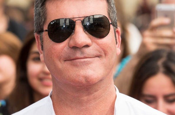 337a7f4ed372 Simon Cowell reaches for his trusted Ray-Ban aviator sunglasses once ...