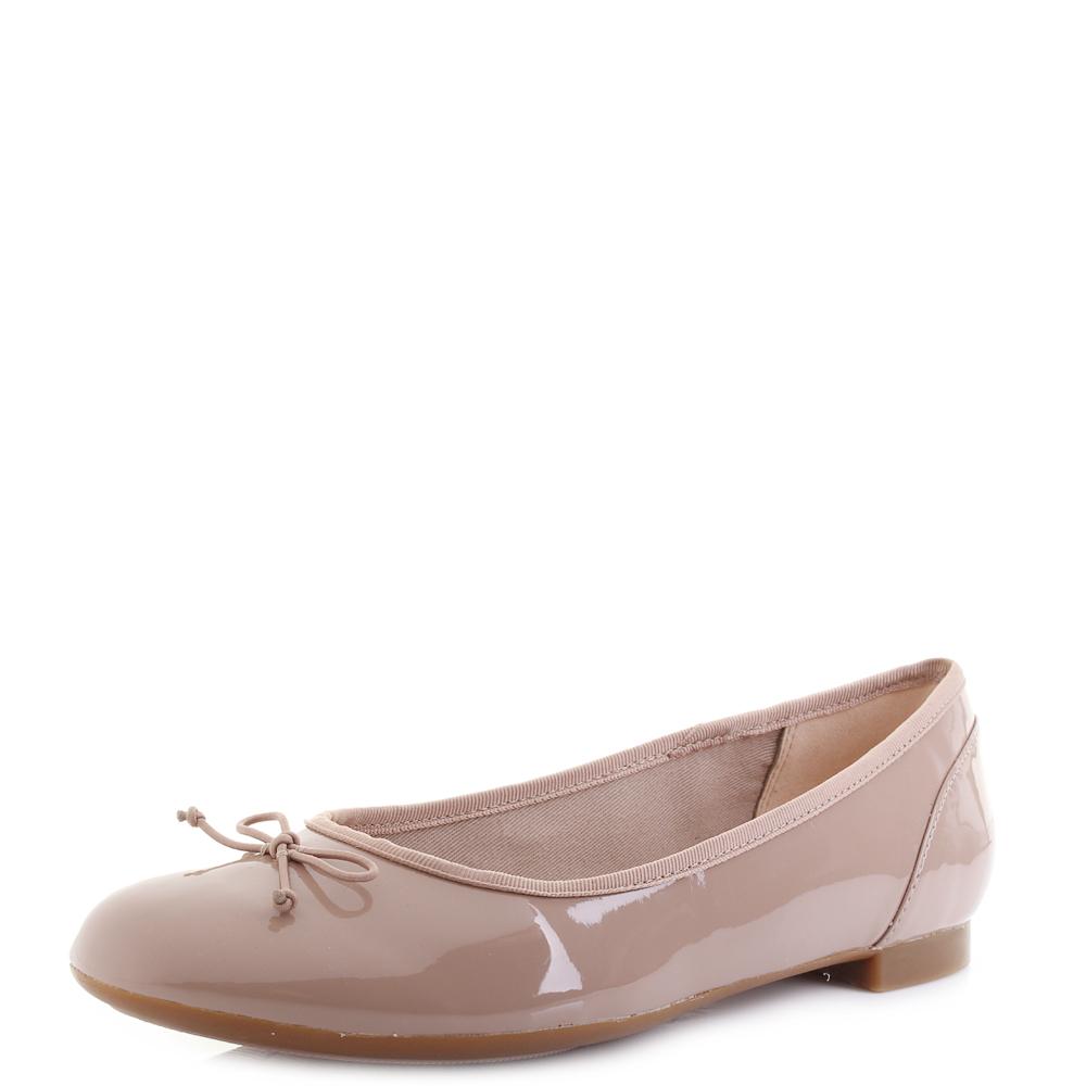 Détails sur Chaussures femme Clarks couture Bloom Nude Patent Plates Ballerine Chaussures Escarpins D Fit Taille afficher le titre d'origine