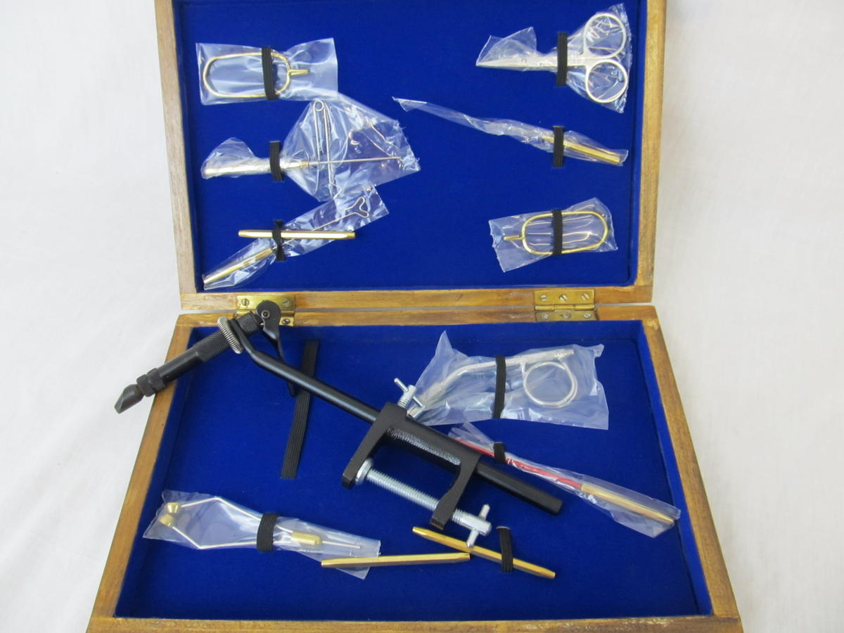 EX DISPLAY FLY TYING TOOL KIT IN WOODEN DISPLAY BOX SPECIAL CLEARANCE OFFER