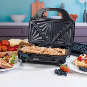 Beldray EK2143TWOBGP 2-in-1 Snack Maker with Sandwich and Waffle Plates Thumbnail 2