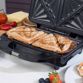 Beldray EK2143TWOBGP 2-in-1 Snack Maker with Sandwich and Waffle Plates Thumbnail 5