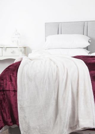 Luxury Plush Fleece Throw in Various Colours Thumbnail 2